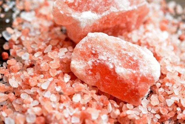 鮮やかなピンクの切り出し岩塩