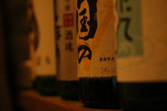 冷暗所に保管された酒瓶