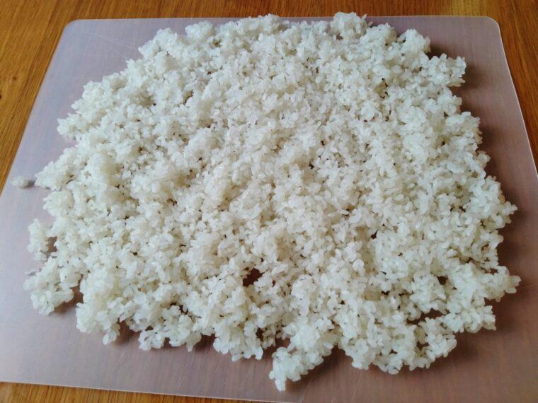 うすく広げた蒸し米