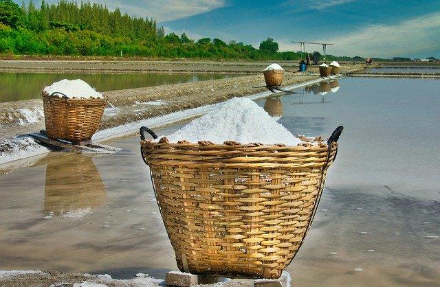 塩田で生産される天日塩